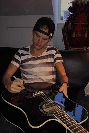 Avicii Signerar Gitarr för Musik Mot Cancer
